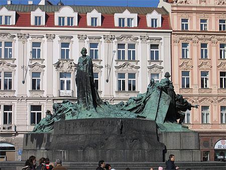 La statue du prédicateur Jan Hus et son auditoire