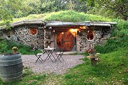 Dormir dans une maison de hobbit © Domaine de la Pierre Ronde