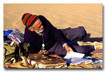 Monod et son herbier dans le Tibesti © Edmond Diemer