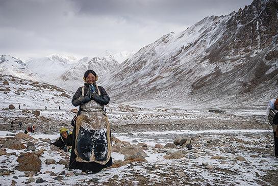 Ces nonnes effectuent la khora en prosternation complète © Jocelyn Chavy