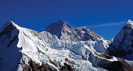 Le Makalu 8480 m vu de la vallée de l'Hunku © Mario Colonel
