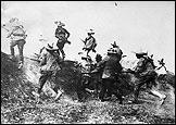 La guerre civile au Mexique. Attaque de rebelles. © Charles Delius / Photothèque Hachette.